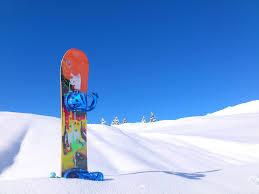 雪山とスノボ板_スノーボード_晴れの雪山