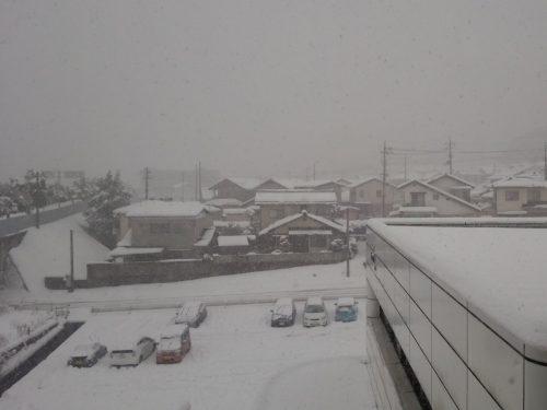 雪が降り続く松江市内 (23日15時過ぎ)